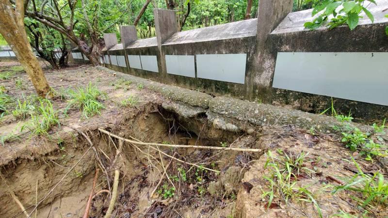 高雄忠義國小操場後方擋土牆坍塌,大雨造成土石流失。 記者王昭月/翻攝