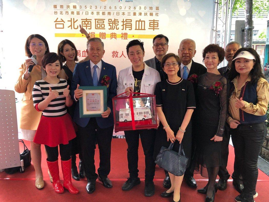艾成(中)、黃瑄、楊平出席台北市南區扶輪社捐贈捐血車活動。圖/民視提供