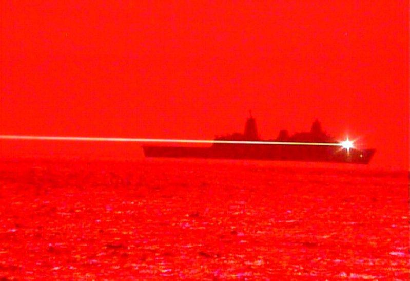 美國海軍兩棲船塢登陸艦「波特蘭」16日進行固態雷射-技術成熟雷射武器系統驗證器MK 2 MOD 0海試,成功摧毀一架飛行中的無人機。畫面翻攝:flickr/U.S. Pacific Fleet