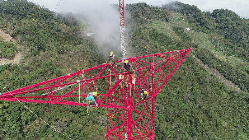 通霄345kV超高壓線路全線共興建65座超高壓鐵塔,圖為輸電線路裝修員正進行鐵塔裝建作業。 圖/台電提供