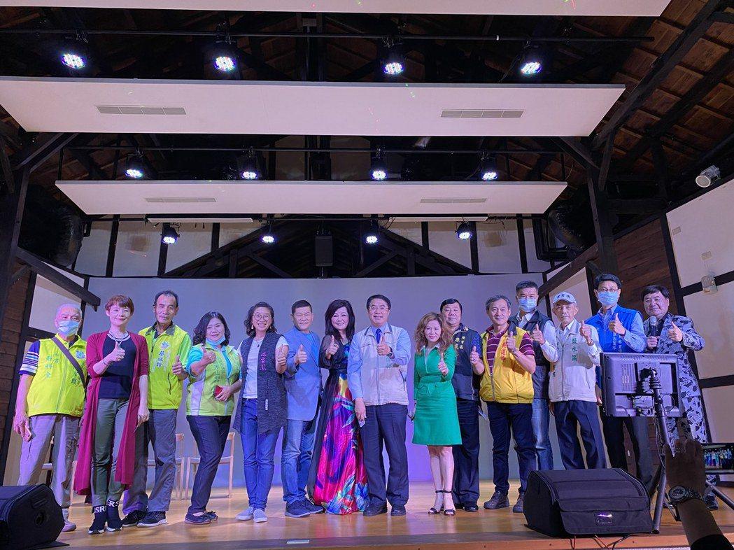 台南市長黃偉哲(中)鼓勵民眾來看戲。圖/台南市文化局提供