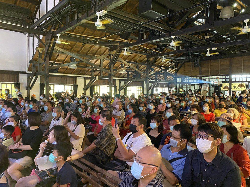 台南市永成戲院吸引滿場觀眾,但仍遵行實名制戴口罩及量體溫。圖/台南市文化局提供