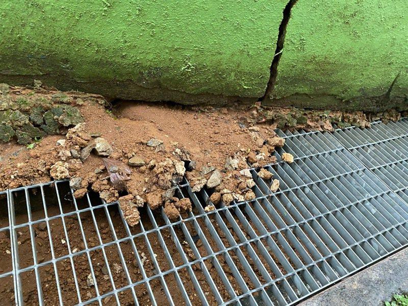 屏東縣琉球國小圍牆出現裂縫。記者劉星君/翻攝