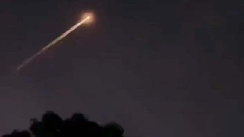 澳洲維多利亞省中部和塔斯馬尼亞省北部部分地區居民22日晚間目擊火球劃過天空,因一架俄羅斯聯盟號2-1b火箭當地時間早上載著飛彈預警衛星升空,專家就指火球很有可能是重返大氣層後的太空垃圾正在燃燒。圖取自/衛報