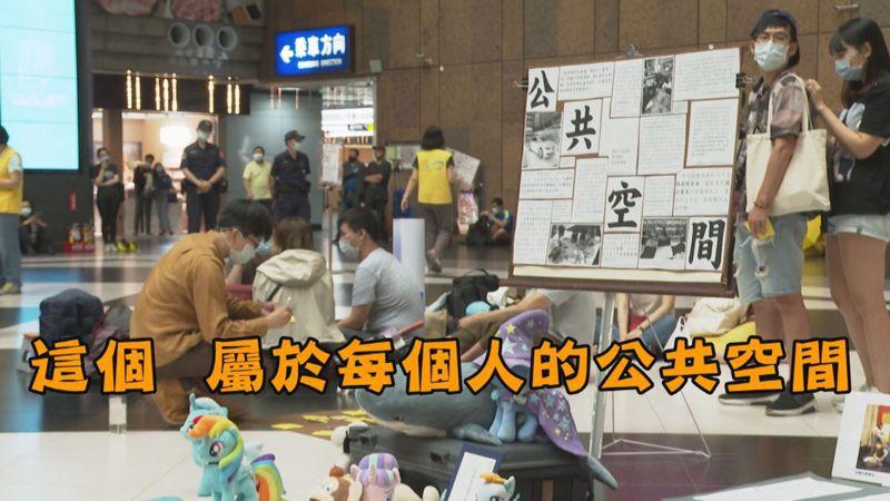 參與「坐爆北車」活動的民眾說,台北車站的大廳「經典黑白格文化」一直是台北的特色,屬於每個人的公共空間,不解為何台鐵要禁止,坦言當下聽到是滿傻眼的。記者陳煜彬/攝影