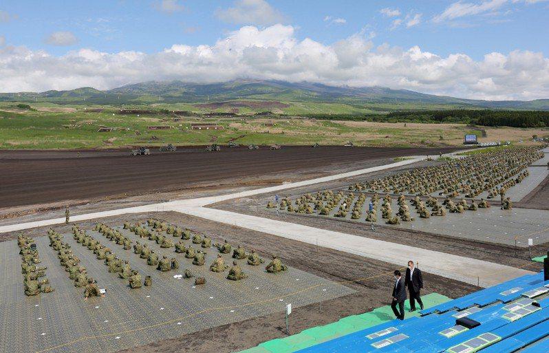 日本陸上自衛隊廿三日在靜岡縣的練習場舉行每年最大規模實彈射擊演習「富士綜合火力演習」。(法新社)