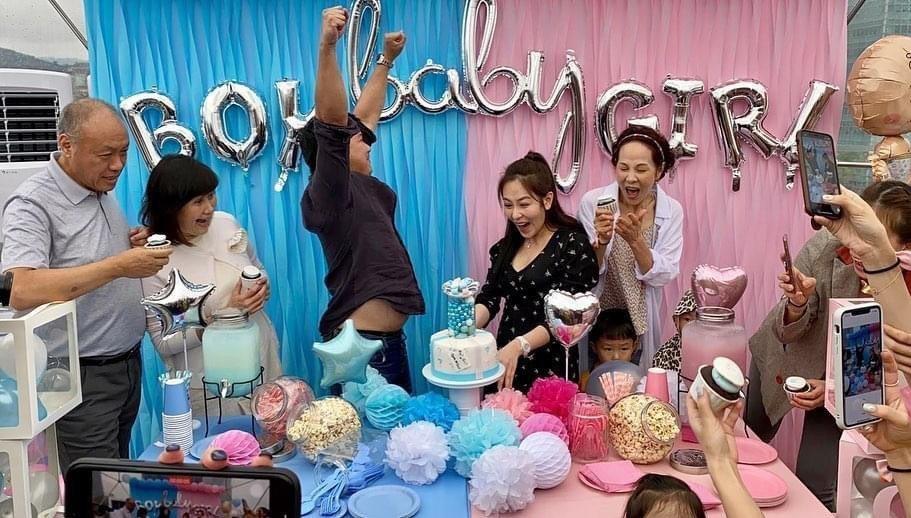 王鼎霖(左)猜對寶寶性別開心跳起來歡呼。圖/寶麗來提供
