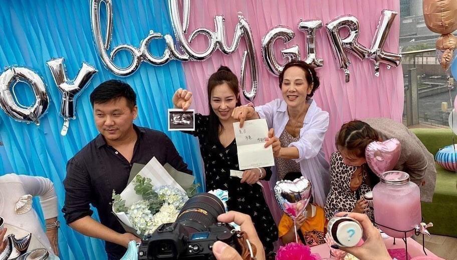 林秀君(右起)、丁巧唯、王鼎霖開心宣布是男寶寶。圖/寶麗來提供