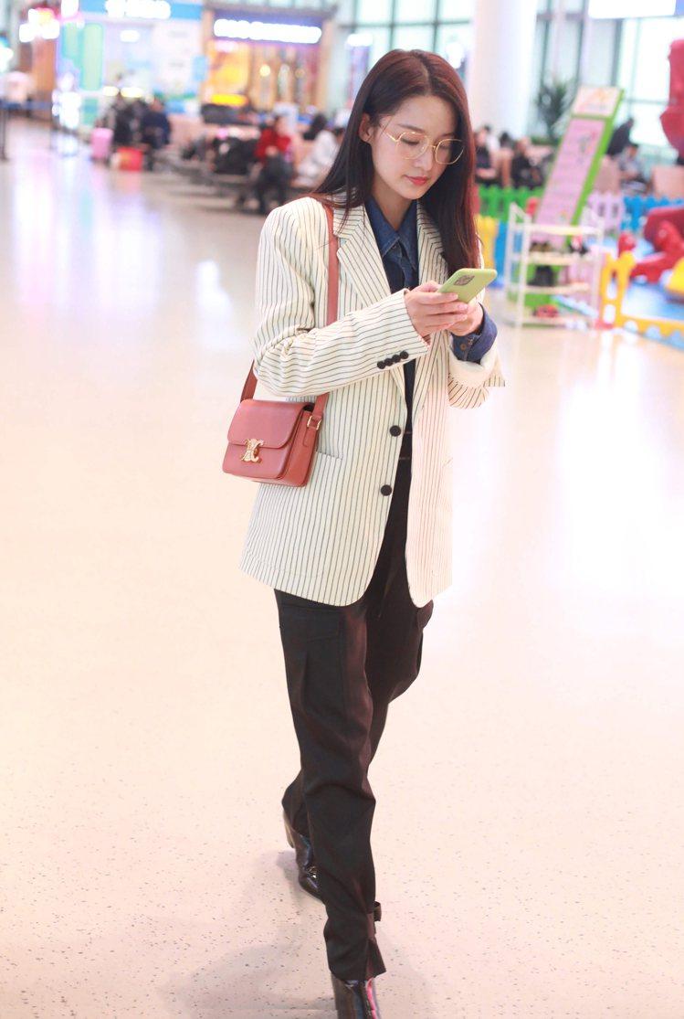李沁選搭CELINE Triomphe系列手袋。圖/CELINE BY HEDI...