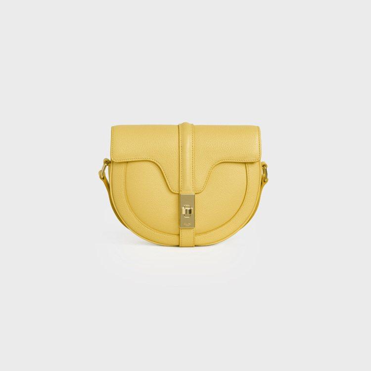 Besace 16檸檬黃色緞面小牛皮小型肩背包,75,000元。圖/CELINE...