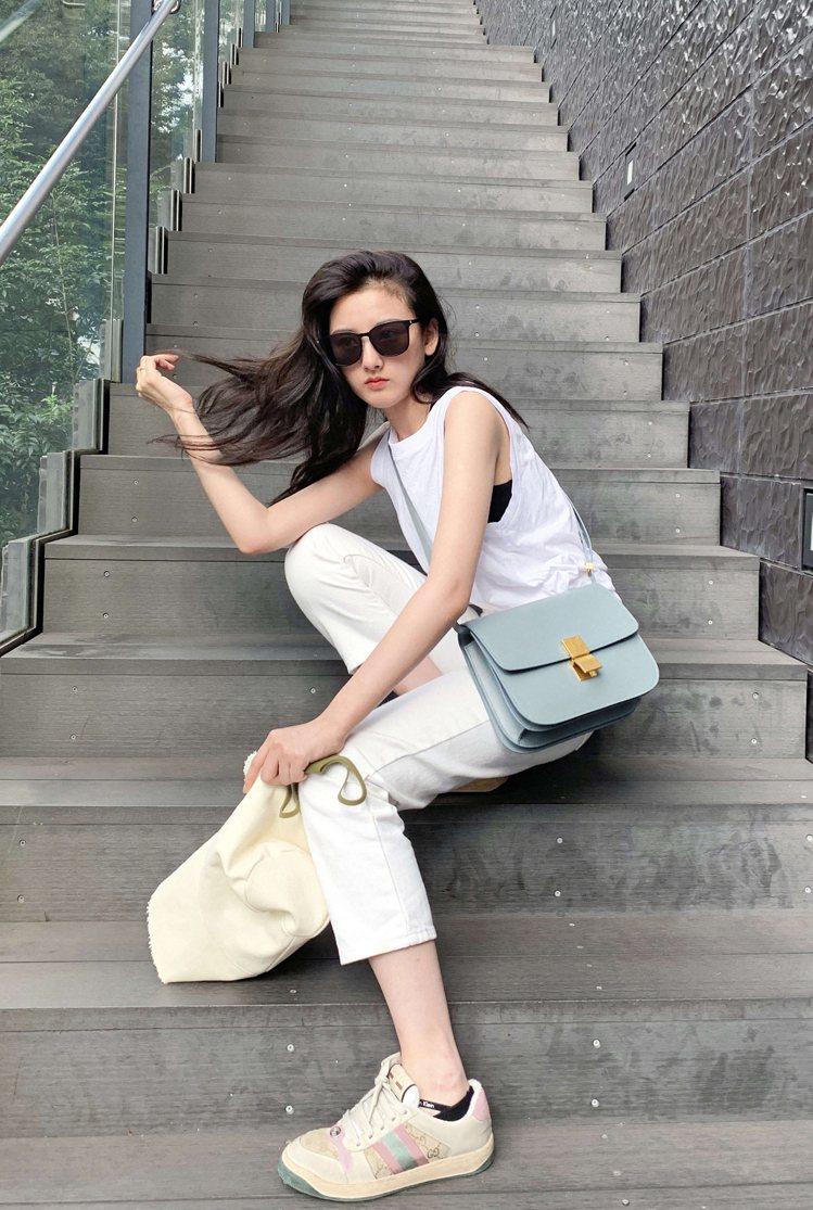 宋祖兒演繹北極藍CELINE Classic系列手袋。圖/CELINE BY H...