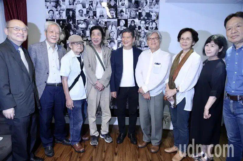 潘小俠(左四)舉辦「台灣作家ㄧ百年」新書發表會,與出席作家合影。聯合報系記者林俊良/攝影