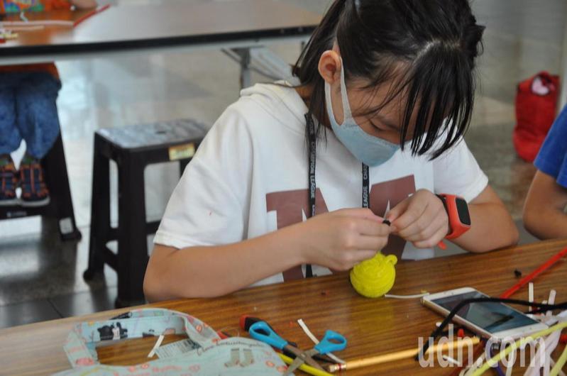 小朋友參加高雄社教館「毛根寵物創作」,樂在其中。記者王昭月/翻攝