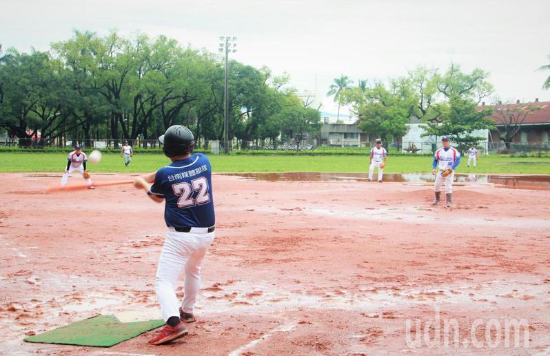 109年「記者盃」慢壘賽今天上午在屏東市台糖球場登場。記者陳弘逸/攝影