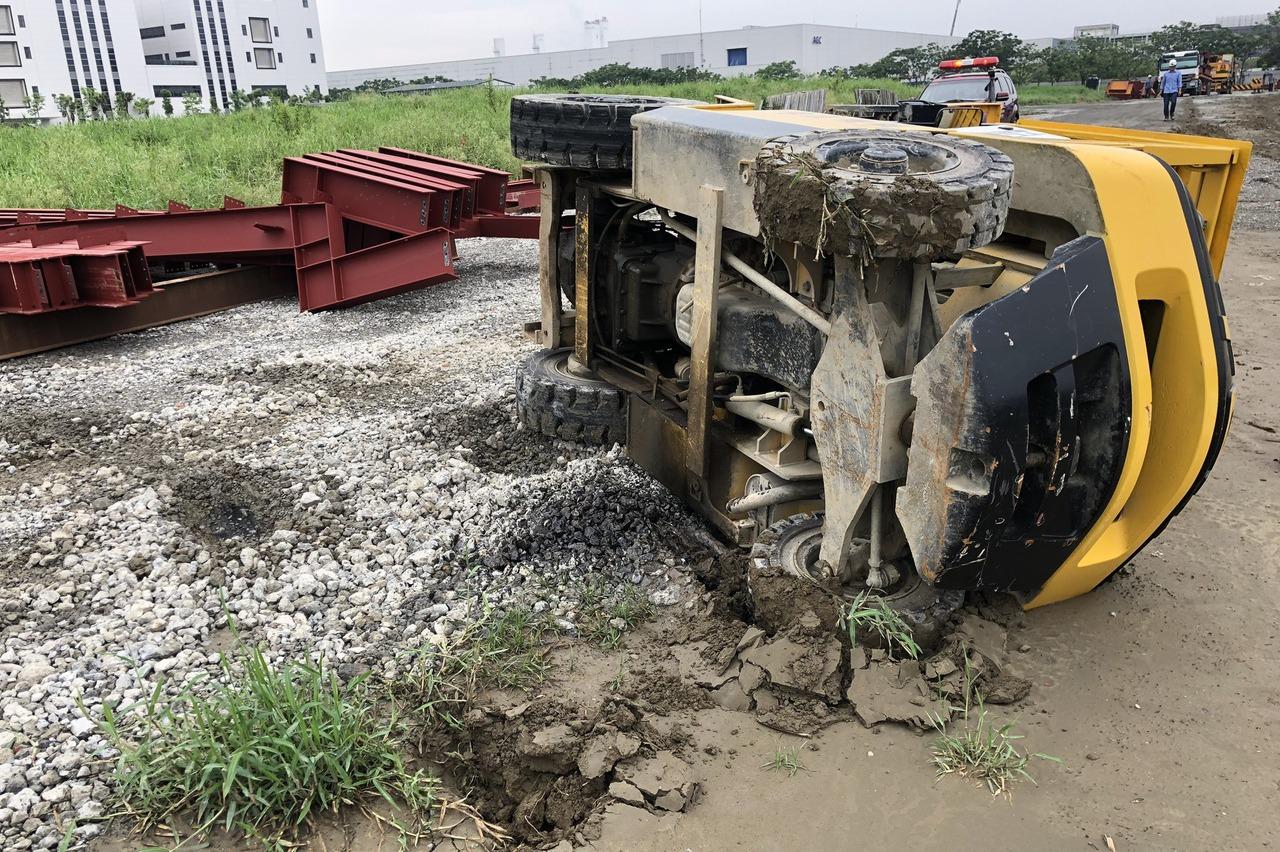 影/台南新建廠房工地堆高機翻覆壓傷駕駛昏迷 勒令停工