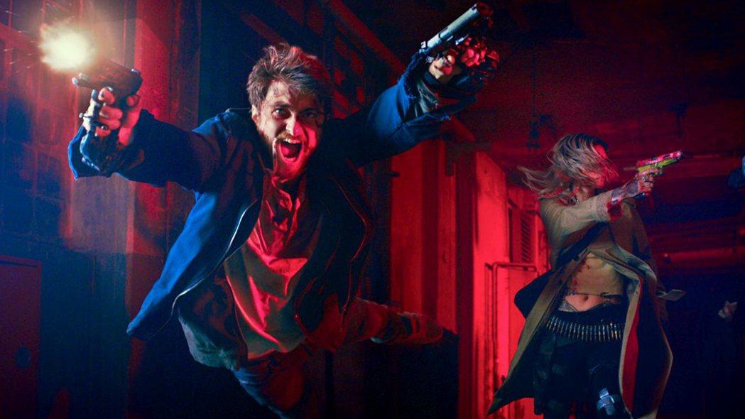 《玩命Online:雙槍對決》酸民邁爾斯被迫硬起來雙槍逃殺,丹尼爾雷德克里夫飾演