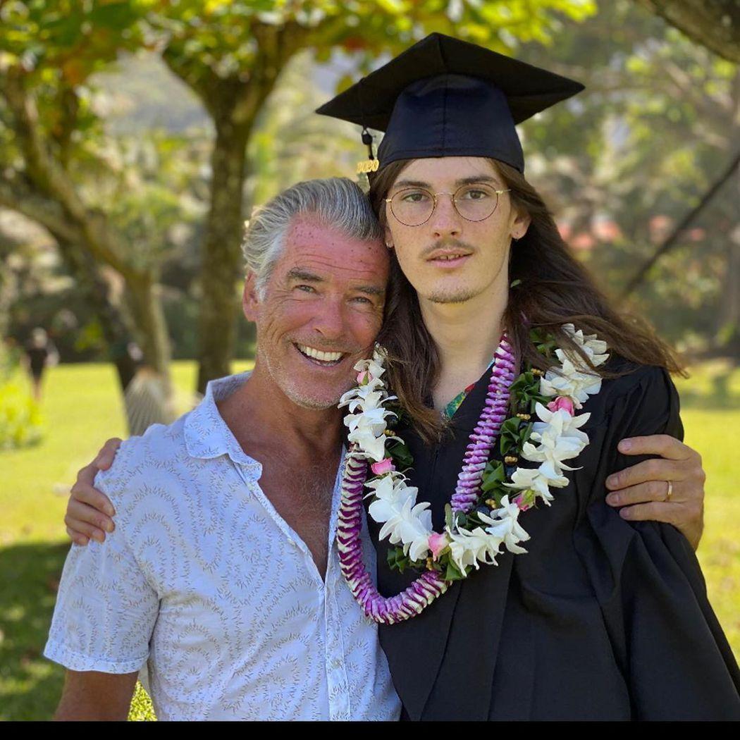 皮爾斯布洛斯南(左)慶祝兒子狄倫從南加大畢業。圖/摘自Instagram
