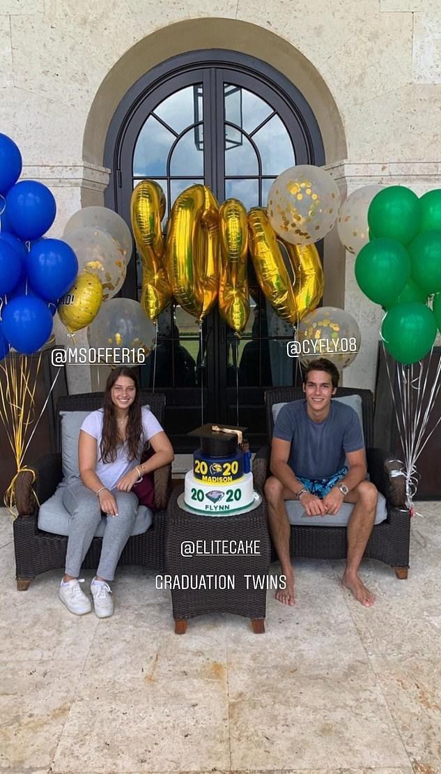 超級名模之子弗林(右)和女友一起收到媽媽特製的畢業蛋糕慶賀。圖/摘自Instag...