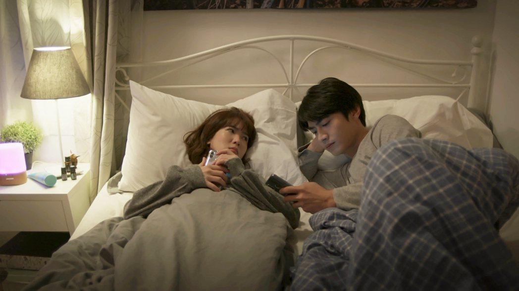 孫可芳(左)、 宋柏緯在「若是一個人」戲中蓋棉被純聊天。圖/華視提供
