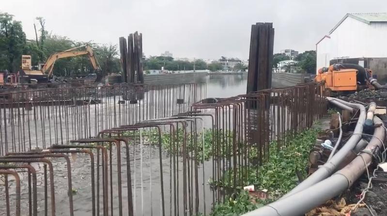 屏東縣東港第一大排疑似施工不當,遇上連日大雨,導致淹沒稻田,農民聚集抗議要求賠償。記者劉星君/翻攝