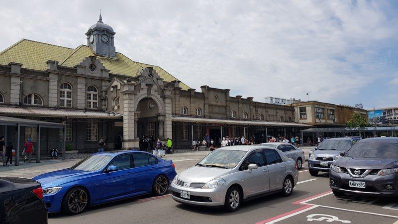 新竹市警局交通隊將在新竹火車站前設違停自動偵測系統,違停及臨停逾3分鐘將開罰。記者黃瑞典/攝影