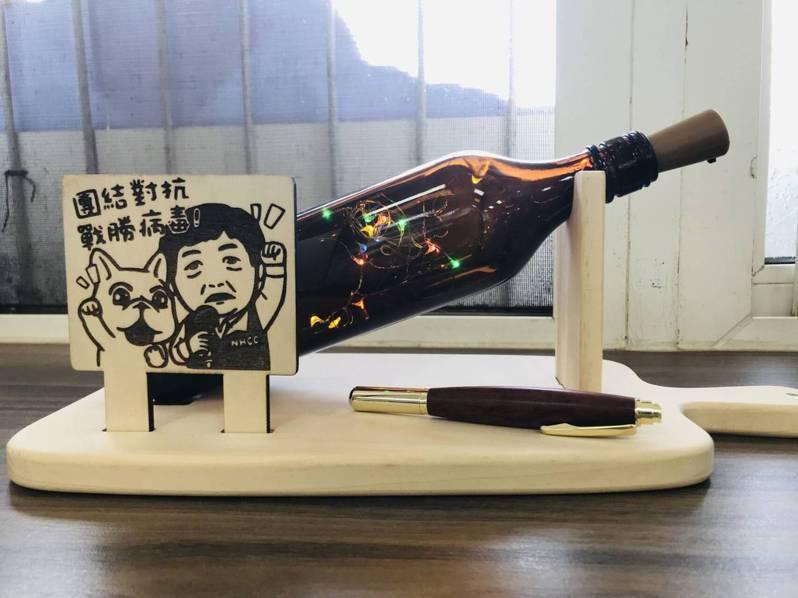 彰化縣偏鄉小學校文德國小師生日前利用防疫酒精瓶製作燈飾 ,寄給陳時中部長表達對他全體防疫人員的感謝,獲陳時中擺設在辦公室裡,讓師生都很開心。照片/李政穎提供