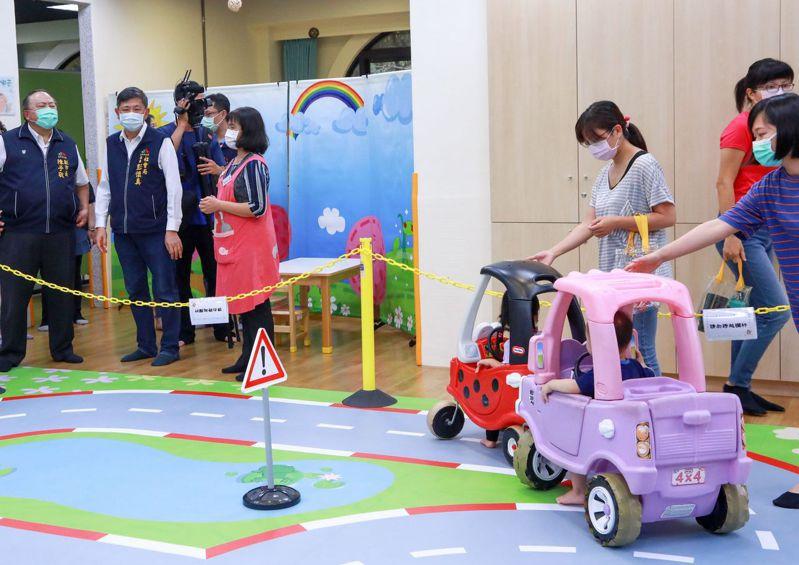 台中市副市長陳子敬(左一)昨天走訪北區親子館,了解館方在恢復營運後是否落實相關防疫措施。記者趙容萱/攝影