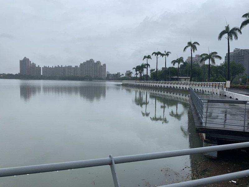 高雄澄清湖是備援用水,梅雨前乾涸見底,連日豪雨讓澄清湖水位急速回升,目前是「滿庫」景觀。記者徐白櫻/攝影