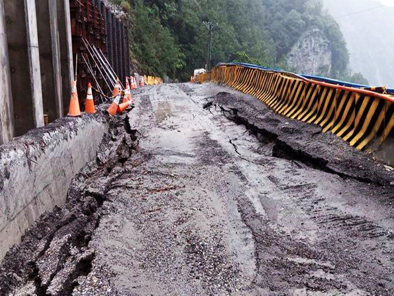 南橫山區連日豪雨,導致台東縣境的省道南橫公路(台20線)154公里明隧道路面昨天塌陷。 圖/公路總局提供