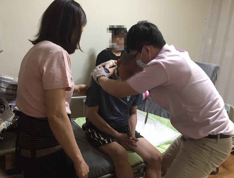 台南市長照復能服務引導失能者施力、使用輔具,提升自主生活能力。圖/台南市社會局提供