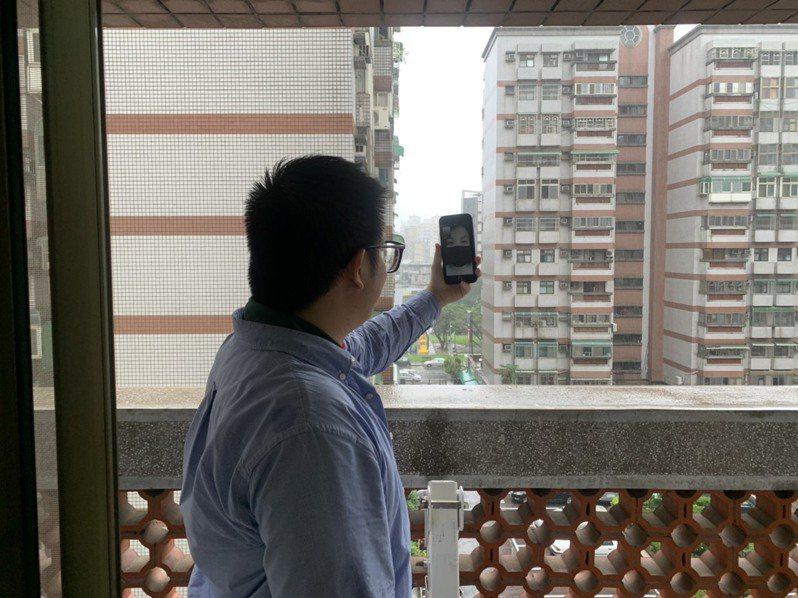 房仲業務到實體屋後,與民眾視訊通話看房子真實狀況,即時互動回答問題。圖/信義房屋提供