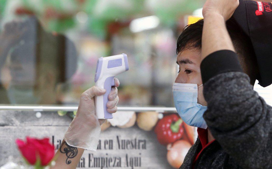 量體溫是後疫情時代的熱門職缺。(美聯社)