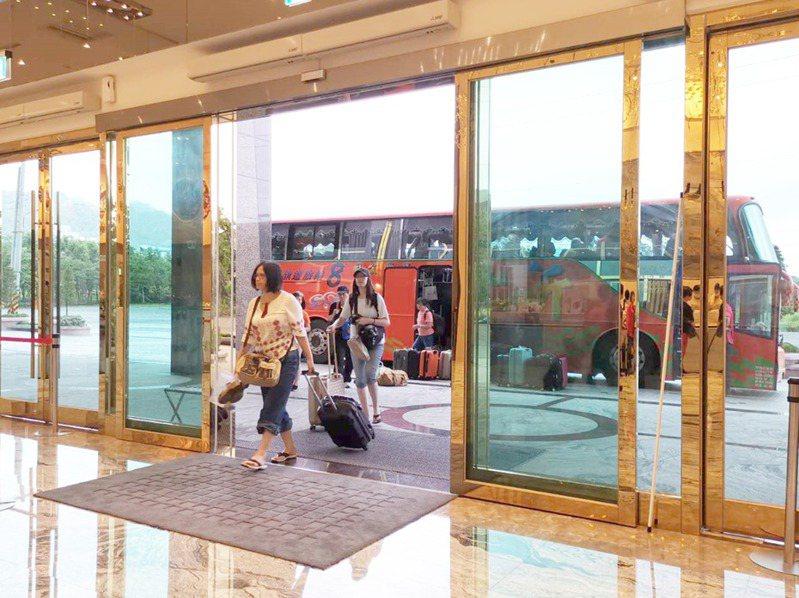 國旅回溫,台東各飯店最近終於等到搭遊覽車出遊的團客。記者羅紹平/攝影