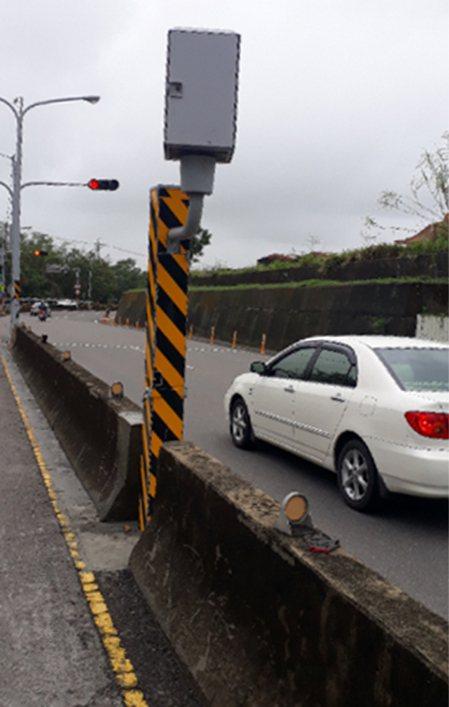 台南182線龍崎段速限50公里,下坡路段照相桿一年來拍照量超速罰單名列前茅。記者周宗禎/攝影