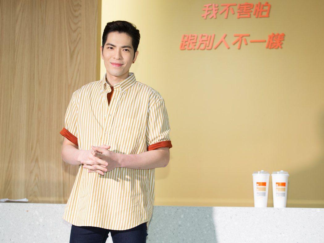 金曲歌王蕭敬騰出席自創手搖茶飲店開幕。記者季相儒/攝影