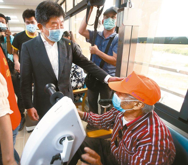 衛福部長陳時中(左)到屏東鵝鑾鼻日照中心進行揭牌,與老人家話家常。 記者劉學聖/攝影