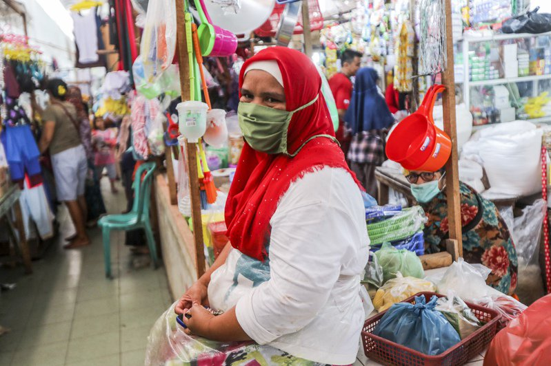 雖然新冠肺炎疫情持續籠罩,許多印尼的穆斯林仍依循傳統,慶祝開齋節。 歐新社