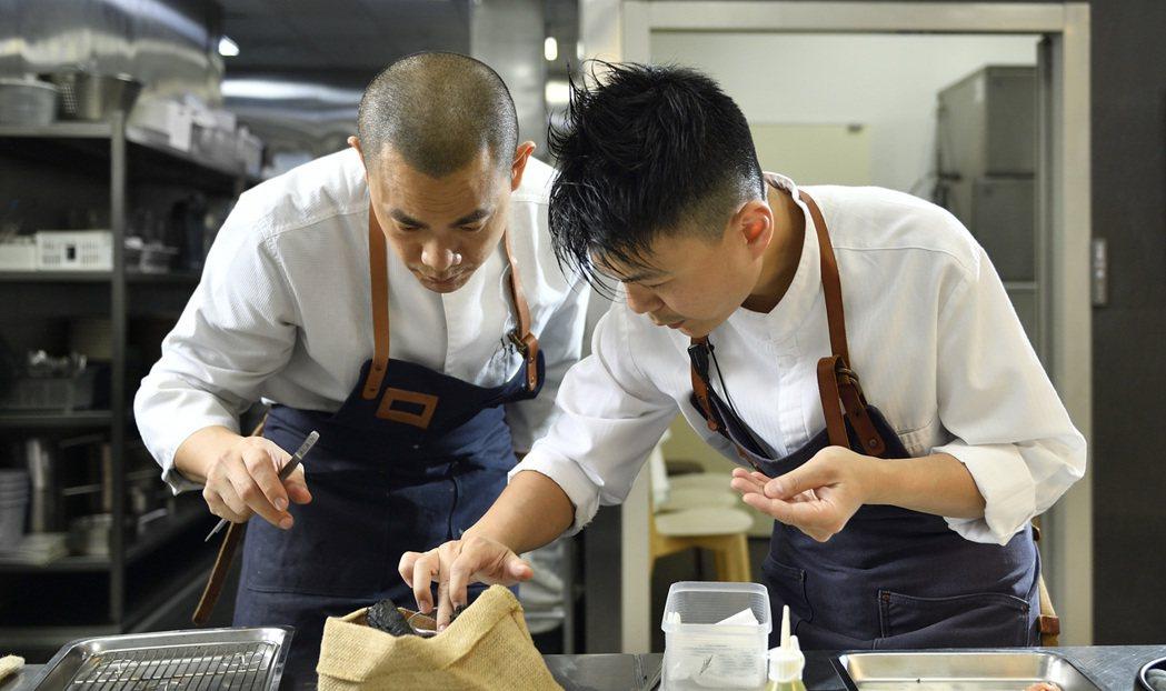 江振誠(左)與團隊夥伴在廚房裡反覆實驗。 圖/RAW提供