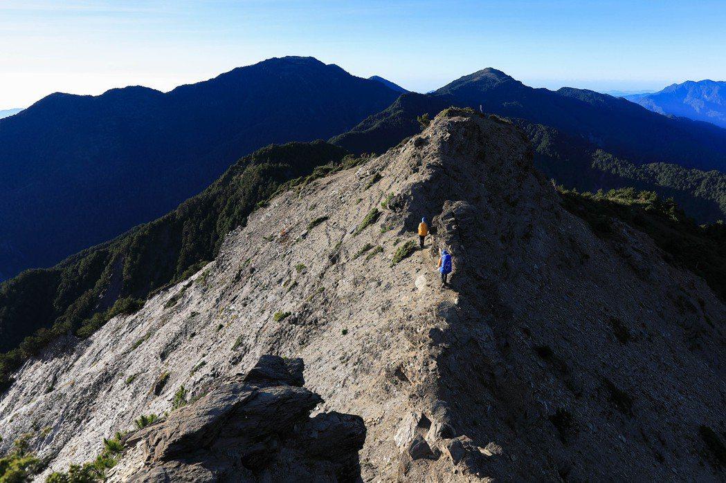 走在塔比拉的瘦稜上。 圖/雪羊提供