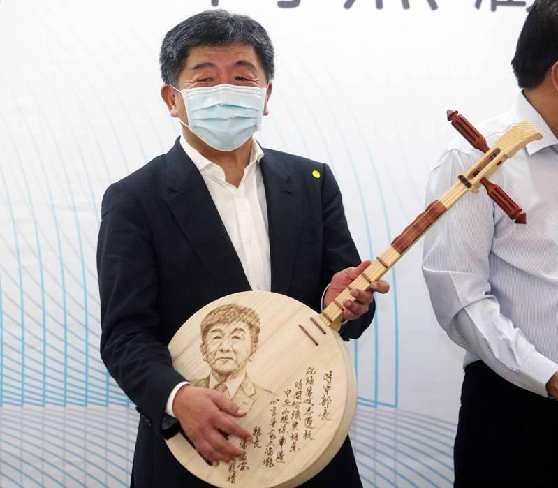指揮官陳時中今出席鵝鑾鼻日照中心開幕,獲得一刻有自己臉孔的月琴。記者劉學聖/攝影
