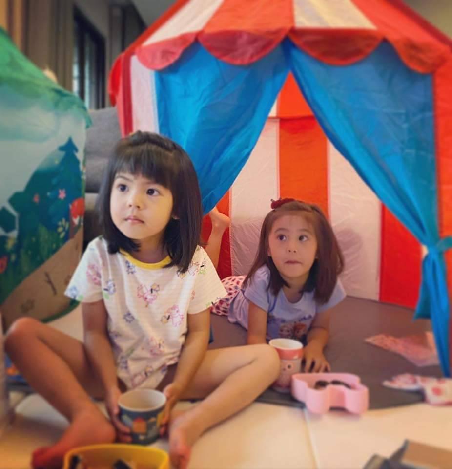 咘咘(右)、波妞週末在家中野餐。 圖/摘自臉書