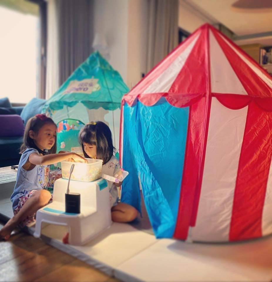 咘咘(左)、波妞週末在家中野餐。 圖/摘自臉書