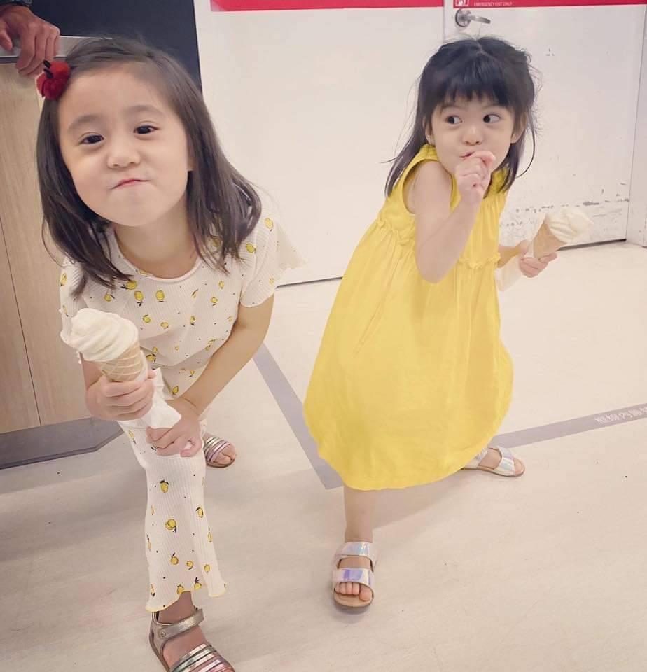 咘咘(左)、波妞滿足吃冰。 圖/摘自臉書