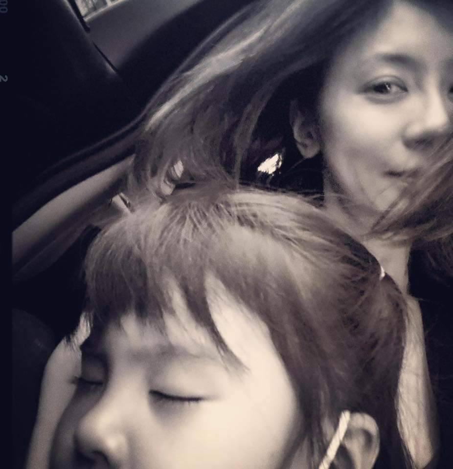 波妞在賈靜雯懷中睡著。 圖/摘自臉書