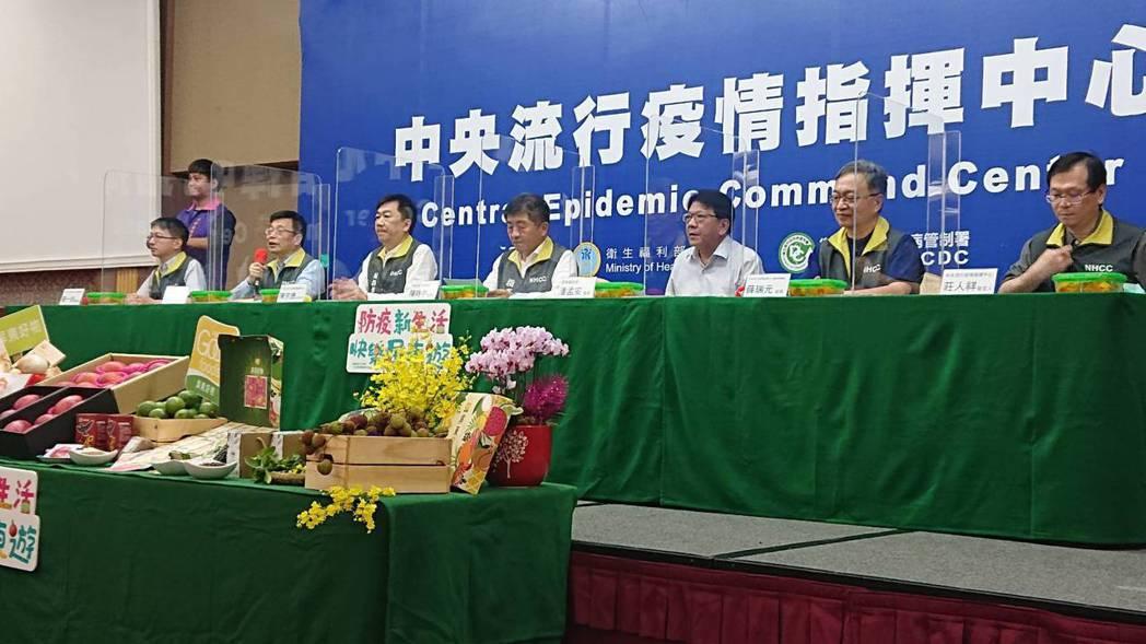 指揮中心今首次將例行疫情記者會從台北移至國境之南墾丁,由左至右為中央流行疫情指揮...