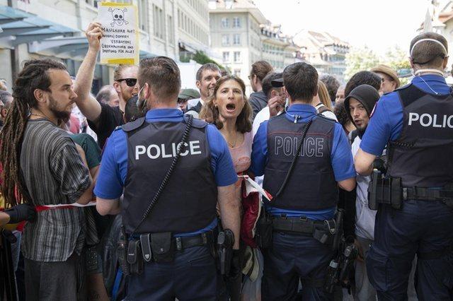 瑞士近期面臨層出不窮的抗議示威,也使政府祭出各種手段應對,但遭到民眾反彈。(photo by Twitter)