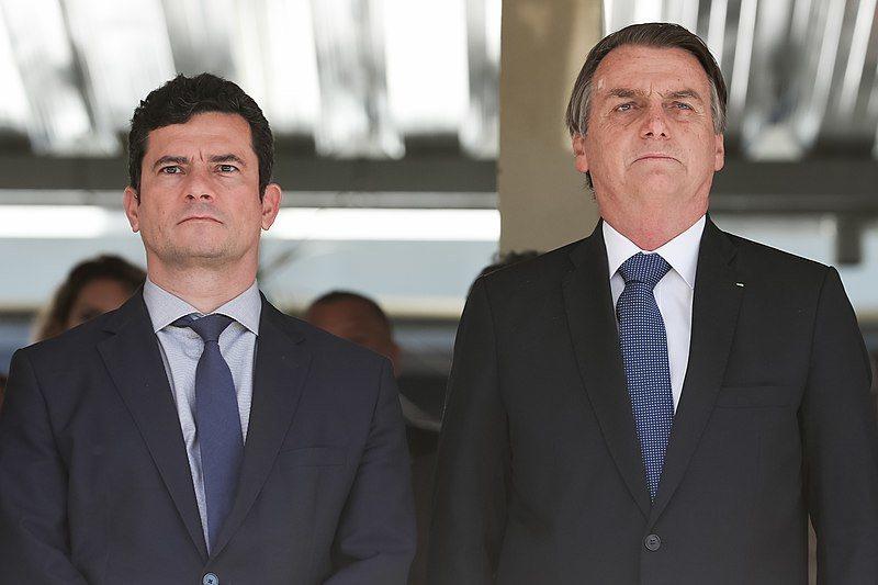 巴西前司法部長莫羅(左)槓上總統波索納洛(右),認為他意圖干預自己兒子的貪污案調查。(photo by Wikipedia)
