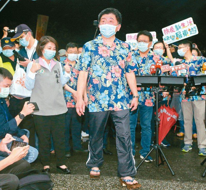 衛福部長陳時中(中)昨晚到墾丁宣導樂活防疫,穿著木屐逛大街。記者劉學聖/攝影