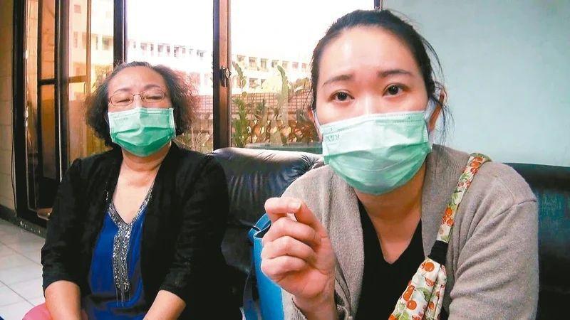 翁姓及劉姓「月嫂」(左)兩人結伴到海外幫人坐月子,其後因新冠肺炎疫情提早返台竟被控違約。記者王昭月/攝影