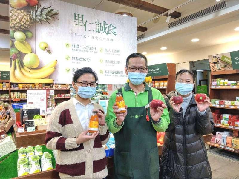 里仁發起向醫護防疫英雄致敬,10顆有機蘋果送給全台31所收治醫院。圖/里仁提供